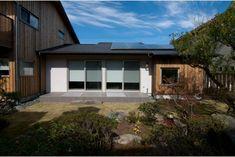 庭屋一如の通り土間の家「金衛町の家」   オーガニックスタジオ新潟 Garage Doors, Studio, Outdoor Decor, House, Home Decor, Decoration Home, Home, Room Decor, Studios