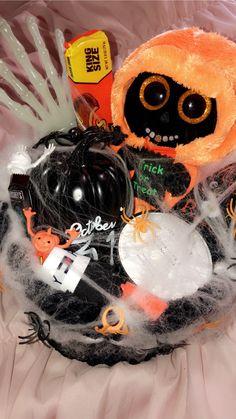 Spooky Halloween Pictures, Spooky Halloween Costumes, Spooky Halloween Decorations, Halloween Party Decor, Halloween Gifts, Halloween Captions, Halloween Cupcakes, Halloween Sayings, Halloween Cocktails