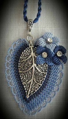 This post was discovered by TC Leaf Jewelry, Jewelry Crafts, Beaded Jewelry, Needle Lace, Bobbin Lace, Crochet Necklace Pattern, Crochet Earrings, Crochet Leaves, Denim Crafts