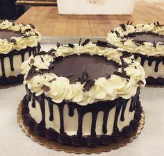 Cake Decorating Designs, Creative Cake Decorating, Cake Decorating Videos, Creative Cakes, Fruit Birthday Cake, Ice Cream Birthday Cake, Pretty Birthday Cakes, Chocolate Cake Designs, Buttercream Cake Designs
