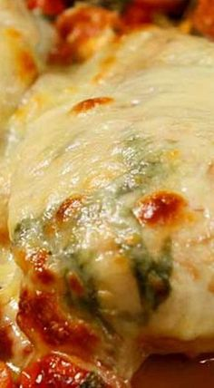 Chicken Calabrese Style - Chicken breast with fresh tomato, cheese and basil Chicke Recipes, Yummy Chicken Recipes, Great Recipes, Supper Recipes, Turkey Recipes, Holiday Recipes, Favorite Recipes, Baked Chicken Breast, Rice