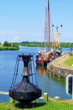 Het pand grenst aan de Zeedijk, waar in het seizoen de bruine vloot afmeert om een hapje te gaan eten. Beneden aan de haven ligt de laatste belboei uit het IJsselmeer. In 1983 werd hij afgedankt na vanaf 1929 voor de zandplaat te hebben gelegen om schepen het Makkummer Diep in te loodsen.