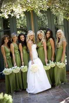 I typically wouldn't like green, but I really like this shade of green for bridesmaid dresses. Pretty!
