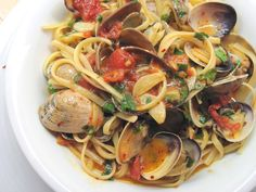 Linguine con le Vongole (Linguine with Clam Sauce) - In the Kitchen with Kath (recipe credited to Mario Batali) Clam Pasta, Seafood Pasta, Seafood Dinner, Linguine With Clam Sauce, Linguine Recipes, Pasta Recipes, Cooking Recipes, Healthy Recipes, Gastronomia