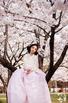 Korean traditional clothes. 더 가까워진 봄의 계절을 느낄 수 있는 #한복드레스 #퓨전한복 #dress #hanbok #modern #벚꽃 #봄한복 #봄 #spring #드레스한복 #한복디자인 #design #trip #snap #여자한복 #신부한복 #여성한복 #한복대여점 #베틀한복 #이쁜한복 #예쁜한복