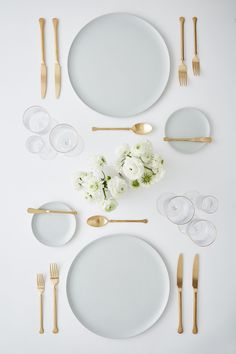 gold and silver flatware Place Settings, Table Settings, Dining Ware, Dining Plates, Table Manners, Table Set Up, Ceramic Tableware, Deco Table, Decoration Table