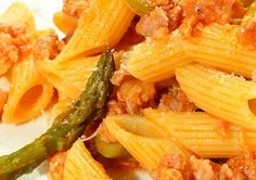 Pasta con salsicha y espárragos [Pasta with sausage and asparagus]