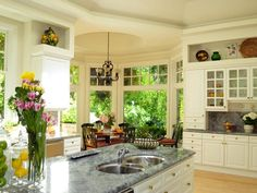 Love the sit in kitchen area and the limes/lemons in the jars :)