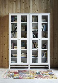 Stilrena skåp med glasdörrar i skandinavisk stil, finns även med täckta dörrar. Falsterbo.