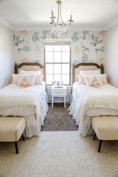 quarto pequeno para duas meninas com duas camas Twin Girl Bedrooms, Big Girl Rooms, Girls Bedroom, Bedroom Decor, Twin Girls, Bedroom Ideas, Nursery Ideas, Baby Girls, Cama Vintage