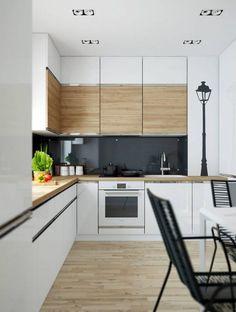 Kisebb alapterületű konyha, magasfényű fehér és fa felületek kombinációjával
