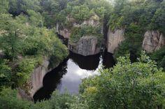 Megyer-hegyi tengerszem: A Sárospatak fölötti Megyer-hegyen lévő tengerszemnél a sziklafalak helyenként 70 méterre magasodnak a víztükör fölé. A tájat emberkéz formá...