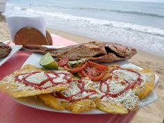 """""""Pargo con tostones"""" a la orilla de la  playa"""