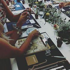 Nuestras clientas dando rienda suelta a su imaginación y los chicos de @cerverabarcelona asesorándolas. #creacionesag #workshop #cerverabarcelona #joyas #madeinspain #artesanal #hechoamano #jewels #evento #cadiz
