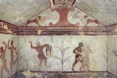 01   baccanti La parete di fondo della Tomba dei baccanti con scene di danza orgiastica in cui i protagonisti stringono nelle mani coppe di vino