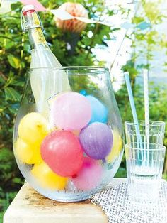 Gartenparty-Deko für Feiern unter freiem Himmel Balloon cooler: Fill waterbombs with water and freeze and quickly make a champagne or beverage cooler in Somemrstil. The Renner on the next garden party or children's birthday. Garden Party Decorations, Garden Parties, Balloon Decorations, Balloon Ideas, Ballon Party, Grill Party, Milk Shakes, Party Buffet, Diy Birthday
