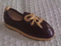 Zapato modelado en barro policromado. Miniatura.