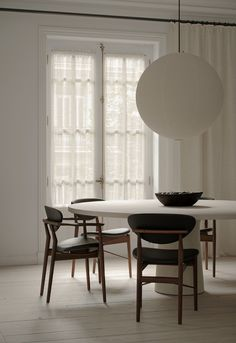 Furniture Design, Minimalist Home, Space Decor, Interior Inspiration, Dining Room Inspiration, Parisian Interior, Living Decor, Interior Design, Interior Spaces