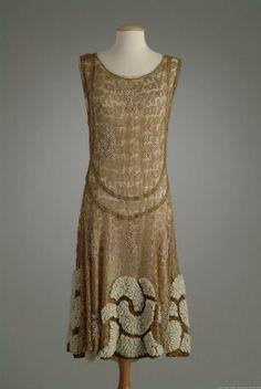 Dress (1924) by designer Paul Poiret (1879-1944). via omgthatdress.tumblr Werd bekend rond 1900 hij was een van de eerste ontwerpers die geen korsetten toepaste