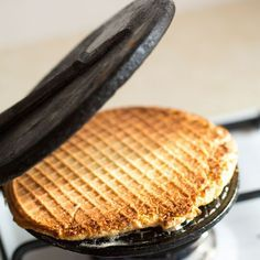 Stroopwafels are Dutch cookies with caramel. The Dutch find them delicious, as do most people from other countries. Dutch Recipes, Sweet Recipes, Baking Recipes, Dessert Recipes, Stroopwafel Recipe, Dutch Cookies, Netherlands Food, Desserts Around The World, Waffle Maker Recipes