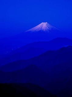 Monte Fuji, Image Bleu, Art Occidental, Fuji Mountain, Everything Is Blue, Himmelblau, Love Blue, Blue Aesthetic, Aesthetic Japan