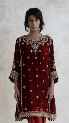 34 trendy ideas for sabyasachi bridal neckline Velvet Pakistani Dress, Pakistani Party Wear Dresses, Shadi Dresses, Pakistani Wedding Outfits, Pakistani Dress Design, Bridal Outfits, Indian Designer Outfits, Designer Dresses, Stylish Dresses