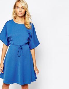 Kleid von Glamorous gefütterter Webstoff Rundhalsausschnitt weite Ärmel im Kimonostil mit Taillenschnürung weicher Faltenwurf am Rock rückwärtiger Reißverschluss reguläre Passform - entspricht den Größenangaben Handwäsche 100% Polyester Model trägt UK-Größe S/EU-Größe S/US-Größe XS und ist 168 cm/5 Fuß 6 Zoll groß
