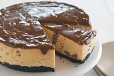 A scrumptuous, chocolatey cheesecake that doesn't need to be baked - it's a gift to you and your guests! Toblerone Cheesecake Recipe, Chocolate Peanut Butter Cheesecake, Baked Cheesecake Recipe, Cheesecake Bites, Homemade Cheesecake, No Bake Desserts, Just Desserts, Delicious Desserts, Dessert Recipes