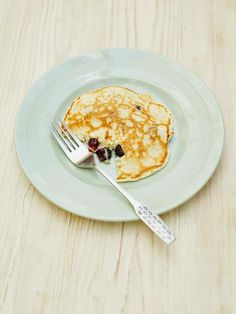 one-cup pancakes with blueberries. a super easy breakfast pancake recipe. these are the simplest pancakes to make with kids. You don't even need scales to weigh out the ingredients – all you need is a cup or a mug! Pancakes Easy, Breakfast Pancakes, Breakfast Recipes, Blueberry Pancakes, Pancakes Kids, Breakfast Dishes, Jamie Oliver Pancakes, Fruit Recipes, Cooking Recipes