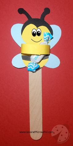 Lavoretti Primo Giorno di Scuola Apette con caramelle Cute Crafts, Craft Stick Crafts, Diy Crafts For Kids, Gifts For Kids, Paper Crafts, House Drawing For Kids, Kindergarten Gifts, Thanks For The Gift, Bee Happy