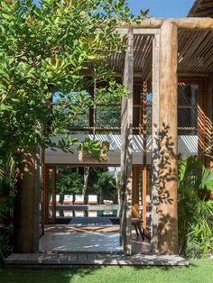 Nesta casa em Trancoso, assinada pelo arquiteto David Bastos, não faltam motivos para torcer pela chegada do calor