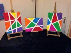 Schilderstape op het schildersdoek plakken, vlakken schilderen in leuke, felle kleuren en als het droog is, tape verwijderen.