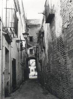 c/Dos Hermanas, barreduela entre el antiguo Palacio de Altamira y las casas del hotel en los años 60. Sketches, Urban, Black And White, History, Interior, Blog, Vintage Postcards, Antique Photos, Second Chances