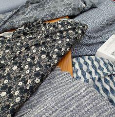 Frühlingsblau     … ist die Farbe im Moment! Aus den unterschiedlichsten Materialien,  in verschiedenen Mustern,  mal Matt,  mal mit Glanz,  gestrickt  oder gewoben.     Uns stehen alle Türen offen!     Mal schauen was wir daraus machen…     Wir wünschen Ihnen einen frühlingsfrischen Tag!