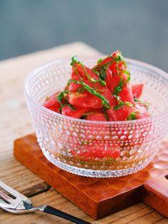 汁まで飲みほす美味しさ♡トマトと大葉のだしマリネ by Yuu*(大田優) / トマトと大葉を、うま味たっぷりのドレッシングで和えた夏向けのさっぱり副菜です♩切って和えるだけと、とってもかんたんで調味料の配合もシンプルなので調理中のわずらわしさがありません。 / Nadia
