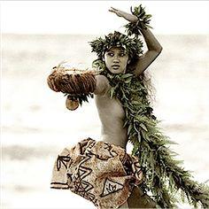 Hula on the beach. Hawaiian Woman, Hawaiian Girls, Hawaiian Dancers, Hawaiian Art, Polynesian Dance, Polynesian Designs, Polynesian Culture, Tahiti, Pacific Girls
