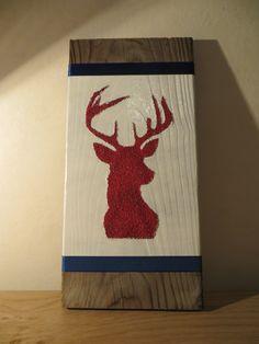 Glinsterend Rendier op hout. Reindeer glitter on wood.
