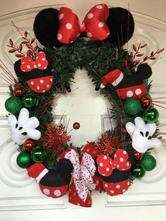 Adorable xmas wreath Disney Christmas Crafts, Mickey Mouse Christmas Tree, Mickey Mouse Wreath, Disney Wreath, Disney Christmas Decorations, Disney Crafts, Xmas Crafts, Christmas Home, Deco Noel Disney