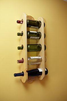 Vinera de pared en pino natural con capacidad para 5 botellas.