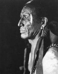 "WOODEN LEG (Kummok'Quiviokta). Born in 1858, Northern Cheyenne, O'mi'sis (Eaters) band. The name is referred to his legs, very strong and untirable. He belonged to war society of Crooked Lances. In 1876 he partecipated at the battle of ""Powder"", ""Rosebud"" and ""Little Big Horn""."