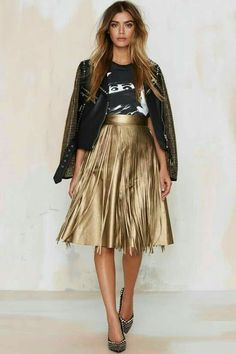 4 Tips For How To Wear A Metallic Pleated Skirt : Style a metallic skirt Gold Skirt Outfit, Pleated Skirt Outfit, Metallic Pleated Skirt, Skirt Outfits, Pleated Skirts, Sequin Dress, Midi Skirt, Skirt Fashion, Fashion Outfits
