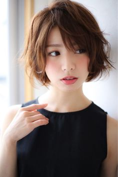 short shaggy bob with layers and a side fringe looks very textured and dimensio … - Hair Cuts Japanese Short Hair, Asian Short Hair, Japanese Hairstyle, Girl Short Hair, Short Hair Cuts, Side Bangs Hairstyles, My Hairstyle, Pretty Hairstyles, Short Shaggy Hairstyles