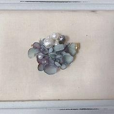 たわわになった大小のコットンパール  パールの間には花びらがふわりボリューミーで華やか♡ですが、とっても軽い着け心地です。 パールを固定しておりませんのでパール・花びらの位置が変えることができ、違った表情を楽しめます。     ■金具の変更について・真鍮ピアス---無料・ノンホール樹脂ピアス/樹脂ピアス--- +150yen・14kgf(ピアス金具のみ)--- +800yen  ※配送方法選択画面よりお選び下さい。    春のおでかけ Creemaハンドメイド2017*****************▷sizeコットンパール8mm、1cm、1.2cm    ▷素材コットンパール、布花、真鍮      ▷簡易包装にてお送りいたします。プレゼント用の場合は簡単なものにはなりますが無料でさせていただきますのでお申し付けくださいませ。
