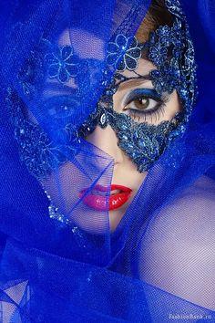 Masquerade in blue. Love Blue, Red And Blue, Image Bleu, Costume Venitien, Foto Fashion, Beautiful Mask, Beautiful Beach, Carnival Masks, Himmelblau