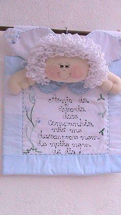 Panô com oração de Anjo da Guarda,para enfeitar porta de maternidade ou cabeceira de berço.    Enfeite medindo 35x31cm.    Confeccionado em algodão,com bordado e aplicação de botões.    Pode ser feito em outras cores e com o nome da criança.    **Pode-se personalizar a escrita**      Tempo de confecção:25 dias. R$ 73,45 Baby Crafts, Felt Crafts, Diy And Crafts, Christmas Gift Bags, Christmas Angels, Sewing Projects, Projects To Try, Christmas In Heaven, Angel Crafts