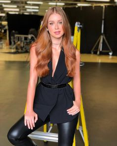 Beautiful Women Over 40, Beautiful Redhead, Brown Blonde Hair, Red Hair, Look Fashion, Fashion Outfits, Long Wavy Hair, Celebrity Look, Look Chic