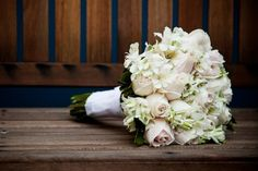 Buquê Romântico, branco e redondo - http://www.vestidadenoiva.com/4-sarau-das-noivas-bouquet