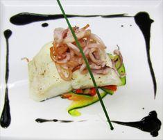 Lomo de lubina con verduritas y chipirones y suave muselina de tinta de calamarpara #Mycookhttp://www.mycook.es/receta/lomo-de-lubina-con-verduritas-y-chipirones-y-suave-muselina-de-tinta-de-calamar/