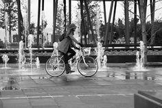 Muévete en bici entre las fuentes. ¡Cuidado no te mojes!
