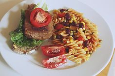 Sommerzeit ist Grillzeit, auch bei Nattfoed: provisorischer Burger, der trotzdem mega-lecker aussieht, dazu Nudelsalat. http://fuck-4ever.blogspot.de/2013/06/food-vegan-wednesday.html